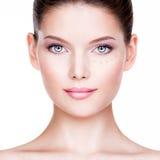 Όμορφη νέα γυναίκα με το καλλυντικό ίδρυμα σε ένα δέρμα Στοκ Φωτογραφία