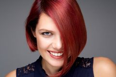 Όμορφη νέα γυναίκα με το κόκκινο χαμόγελο τρίχας Στοκ Εικόνες