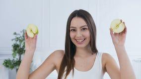 Όμορφη νέα γυναίκα με το μήλο στα μάτια απόθεμα βίντεο