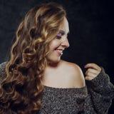 Όμορφη νέα γυναίκα με το μακρύ καφετί τρίχωμα Το όμορφο πρότυπο θέτει το α Στοκ Εικόνες