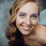 Όμορφη νέα γυναίκα με το μακρύ καφετί τρίχωμα Το όμορφο πρότυπο θέτει το α Στοκ φωτογραφίες με δικαίωμα ελεύθερης χρήσης
