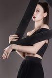 Όμορφη νέα γυναίκα με το μαύρο τρίγωνο στοκ φωτογραφία με δικαίωμα ελεύθερης χρήσης