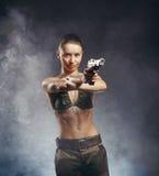 Όμορφη νέα γυναίκα με το πυροβόλο όπλο Στοκ εικόνες με δικαίωμα ελεύθερης χρήσης