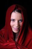 Όμορφη νέα γυναίκα με το σάλι Στοκ φωτογραφία με δικαίωμα ελεύθερης χρήσης