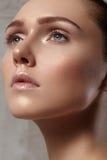 Όμορφη νέα γυναίκα με το τέλειο καθαρό λαμπρό δέρμα, φυσική μόδα makeup Η γυναίκα κινηματογραφήσεων σε πρώτο πλάνο, φρέσκια SPA κ στοκ εικόνα