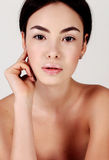 Όμορφη νέα γυναίκα με το υγιές καμμένος δέρμα ομορφιά φυσική Στοκ φωτογραφία με δικαίωμα ελεύθερης χρήσης
