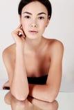 Όμορφη νέα γυναίκα με το υγιές καμμένος δέρμα ομορφιά φυσική Στοκ Φωτογραφία