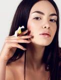 Όμορφη νέα γυναίκα με το υγιές καμμένος δέρμα ομορφιά φυσική Στοκ Εικόνα