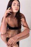 Όμορφη νέα γυναίκα με το υγιές καμμένος δέρμα ομορφιά φυσική Στοκ εικόνα με δικαίωμα ελεύθερης χρήσης