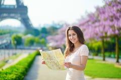 Όμορφη νέα γυναίκα με το χάρτη στο Παρίσι Στοκ φωτογραφίες με δικαίωμα ελεύθερης χρήσης