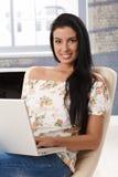 Όμορφη νέα γυναίκα με το χαμόγελο lap-top Στοκ φωτογραφία με δικαίωμα ελεύθερης χρήσης
