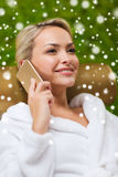 Όμορφη νέα γυναίκα με το smartphone στη SPA Στοκ Εικόνα