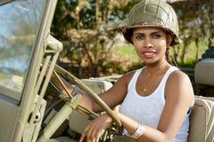 Όμορφη νέα γυναίκα με ww2 το στρατιωτικό κράνος Στοκ Φωτογραφίες