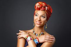 Όμορφη νέα γυναίκα μιγάδων με το τουρμπάνι στο κεφάλι στοκ εικόνες