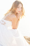 Όμορφη νέα γυναίκα νυφών υπαίθρια Στοκ φωτογραφία με δικαίωμα ελεύθερης χρήσης