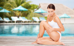 Όμορφη νέα γυναίκα πέρα από την πισίνα παραλιών Στοκ Εικόνα