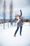 Όμορφη, νέα γυναίκα που έχει τα προβλήματα που περπατούν σε έναν παγωμένο Στοκ Φωτογραφίες