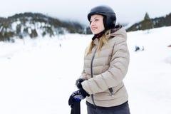 Όμορφη νέα γυναίκα που έχει τη διασκέδαση πέρα από το χειμερινό υπόβαθρο στοκ φωτογραφία με δικαίωμα ελεύθερης χρήσης