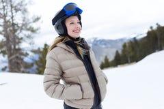 Όμορφη νέα γυναίκα που έχει τη διασκέδαση πέρα από το χειμερινό υπόβαθρο στοκ φωτογραφίες με δικαίωμα ελεύθερης χρήσης