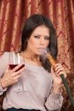 Όμορφη νέα γυναίκα που αναδίνει hookah Στοκ φωτογραφίες με δικαίωμα ελεύθερης χρήσης