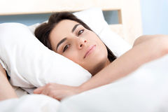 Όμορφη νέα γυναίκα που βρίσκεται στο κρεβάτι Στοκ Εικόνες