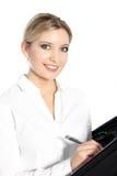 Όμορφη νέα γυναίκα που γράφει σε ένα αρχείο Στοκ φωτογραφία με δικαίωμα ελεύθερης χρήσης