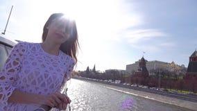 Όμορφη νέα γυναίκα που εξετάζει τη Μόσχα Κρεμλίνο από τη βάρκα γύρου ποταμών απόθεμα βίντεο