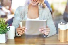 Όμορφη νέα γυναίκα που εργάζεται στο lap-top στον καφέ μέσω του γυαλιού Στοκ εικόνα με δικαίωμα ελεύθερης χρήσης