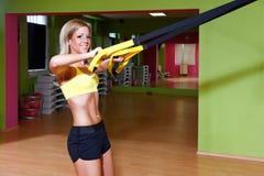 Όμορφη νέα γυναίκα που κάνει την άσκηση TRX Στοκ εικόνες με δικαίωμα ελεύθερης χρήσης