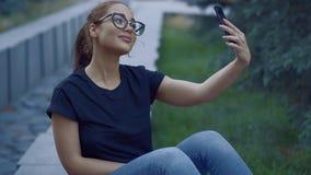 Όμορφη νέα γυναίκα που κάνει selfie στην οδό απόθεμα βίντεο