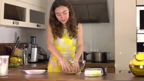 Όμορφη νέα γυναίκα που κατασκευάζει το επιδόρπιο στο σπίτι 4K steadicam βίντεο απόθεμα βίντεο