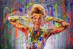 Όμορφη νέα γυναίκα που καλύπτεται με τα χρώματα Στοκ Εικόνες