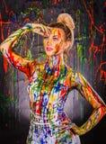 Όμορφη νέα γυναίκα που καλύπτεται με τα χρώματα Στοκ Φωτογραφίες