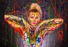 Όμορφη νέα γυναίκα που καλύπτεται με τα χρώματα Στοκ εικόνες με δικαίωμα ελεύθερης χρήσης