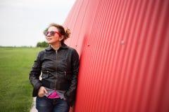 όμορφη νέα γυναίκα που κοιτάζει στον ουρανό Στοκ φωτογραφίες με δικαίωμα ελεύθερης χρήσης