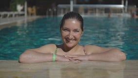 Όμορφη νέα γυναίκα που κολυμπά στην υπαίθρια λίμνη απόθεμα βίντεο