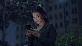 Όμορφη νέα γυναίκα που κουβεντιάζει με τους φίλους απόθεμα βίντεο