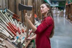 Όμορφη νέα γυναίκα που κρατά ένα ξύλινο αντιμετωπισμένο τσεκούρι Στοκ εικόνες με δικαίωμα ελεύθερης χρήσης