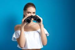 Όμορφη νέα γυναίκα που κρατά τις διόπτρες και που εξετάζει τη κάμερα Στοκ φωτογραφία με δικαίωμα ελεύθερης χρήσης