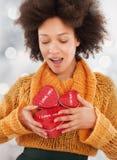 Όμορφη νέα γυναίκα που κρατά το κιβώτιο δώρων της στοκ φωτογραφίες με δικαίωμα ελεύθερης χρήσης