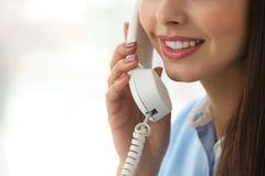 Όμορφη νέα γυναίκα που μιλά από την τηλεφωνική κινηματογράφηση σε πρώτο πλάνο Στοκ φωτογραφία με δικαίωμα ελεύθερης χρήσης