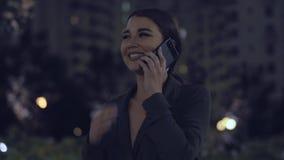 Όμορφη νέα γυναίκα που μιλά με τους φίλους απόθεμα βίντεο