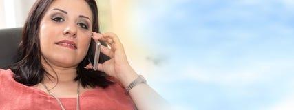 Όμορφη νέα γυναίκα που μιλά στο τηλέφωνο της Mobil στο σπίτι Στοκ φωτογραφία με δικαίωμα ελεύθερης χρήσης