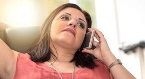 Όμορφη νέα γυναίκα που μιλά στο τηλέφωνο της Mobil στο σπίτι, ελαφριά επίδραση Στοκ Φωτογραφία