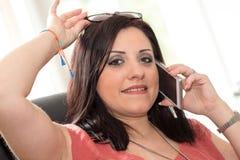 Όμορφη νέα γυναίκα που μιλά στο τηλέφωνο της Mobil στο σπίτι Στοκ εικόνες με δικαίωμα ελεύθερης χρήσης