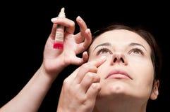 Όμορφη νέα γυναίκα που παίρνει το makeup της Στοκ φωτογραφία με δικαίωμα ελεύθερης χρήσης