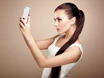 Όμορφη νέα γυναίκα που παίρνει selfie Στοκ φωτογραφία με δικαίωμα ελεύθερης χρήσης