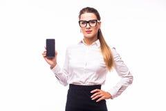 Όμορφη νέα γυναίκα που παρουσιάζει κινητό τηλέφωνο Στοκ εικόνα με δικαίωμα ελεύθερης χρήσης