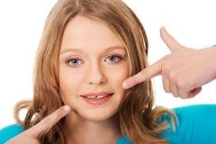 Όμορφη νέα γυναίκα που παρουσιάζει δόντια της Στοκ Φωτογραφία