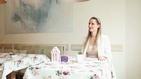 Όμορφη νέα γυναίκα που περιμένει την ημερομηνία της σε έναν καφέ απόθεμα βίντεο